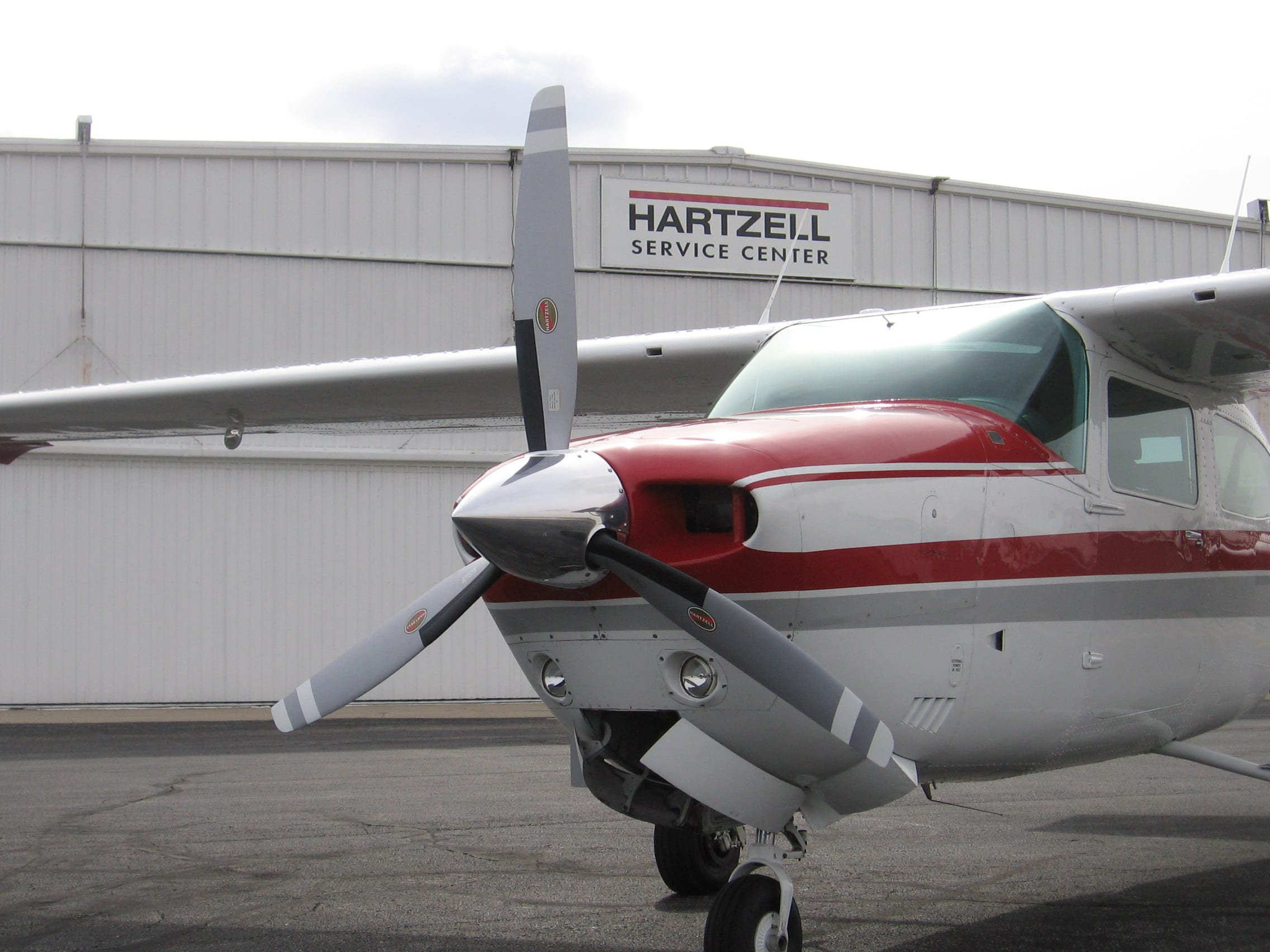 Hartzell three-blade Scimitar Top Prop with de-icing system for Cessna T210L