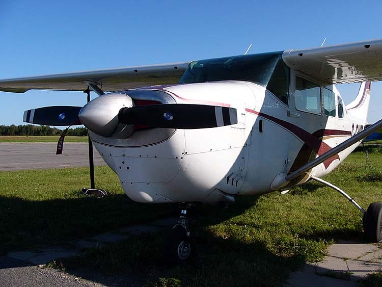 A Cessna 205, showing its distinctive cowling. (Photo in public domain). https://commons.wikimedia.org/wiki/File%3ACessna205C-GHOR03.jpg