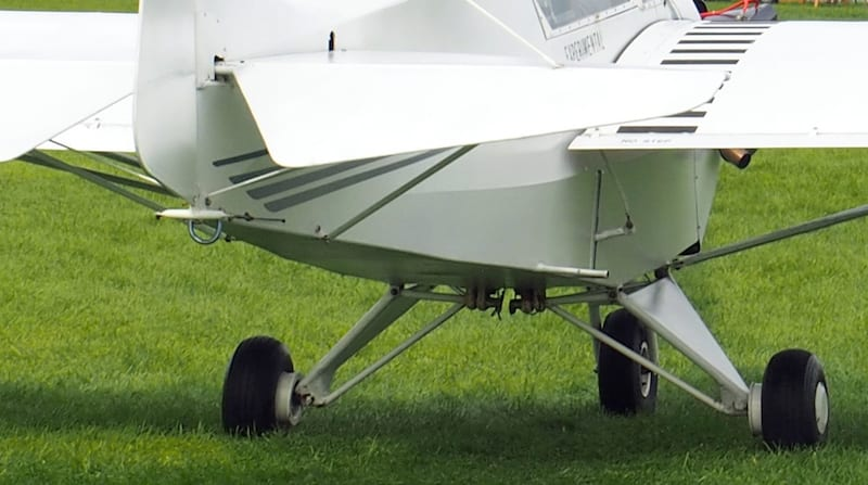 Closeup view of the gear and bungee attachment.